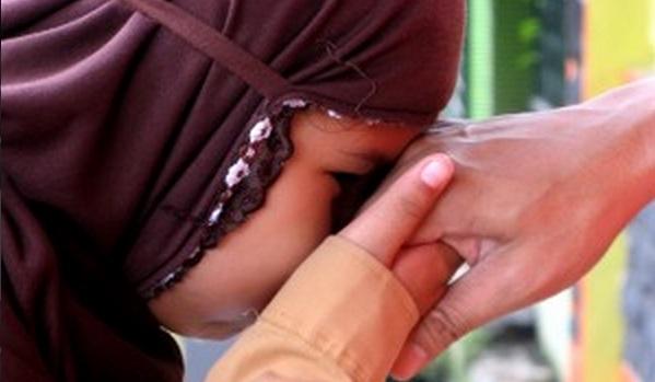 anak berbakti cium tangan