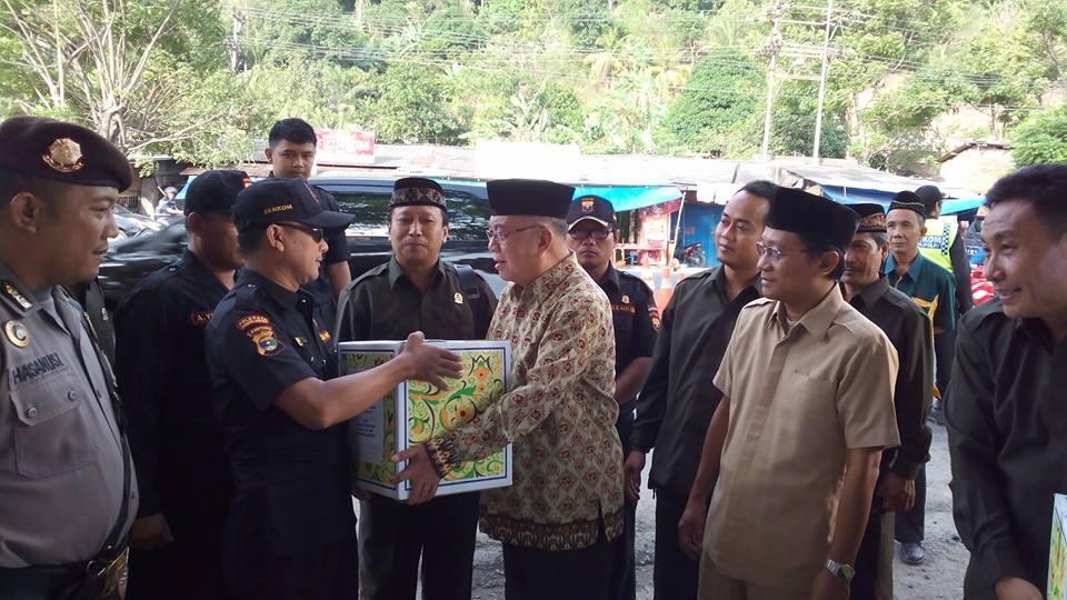 Ketua MUI Lampung, Drs. H Mawardi AS berikan bantuan posko mudik