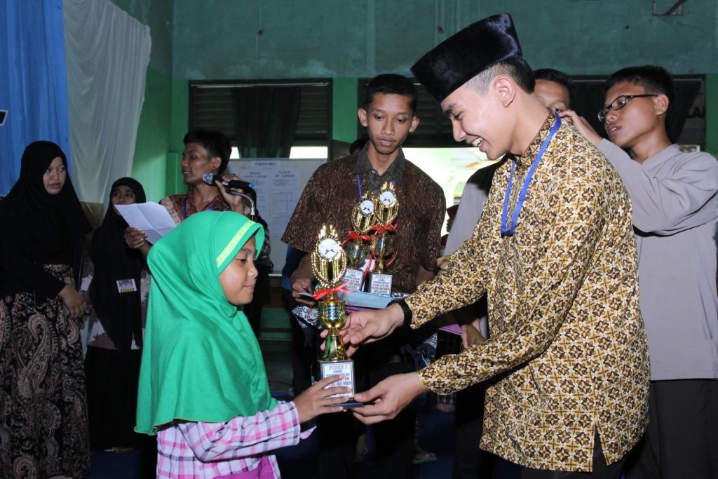 Penyerahan Piala Festival Anak Sholih LDII Lampung oleh Yaumil Khoir Ketua DPD LDII Kota Bandar Lampung