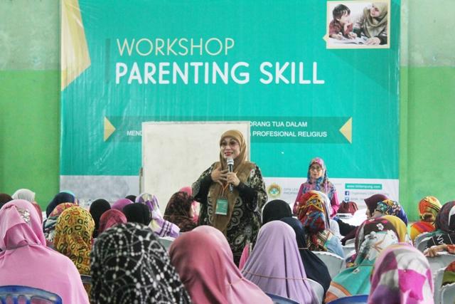 Nana Maznah, sedang memberikan pelatihan pada workshop parenting skill DPW LDII Provinsi Lampung