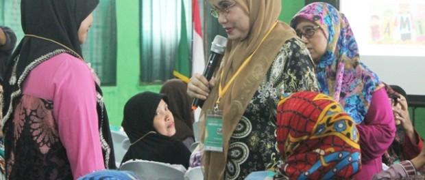 Nana sedang berdiskusi dengan peserta workshop