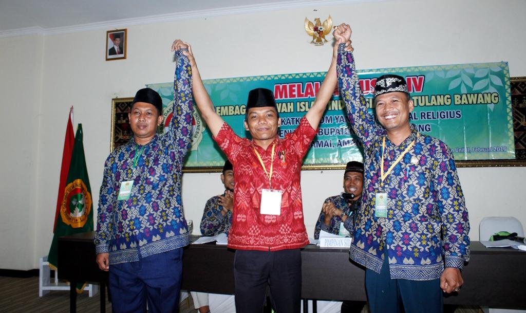 Ahmat Nurding memegang bakal calon ketua ldii tulang bawang