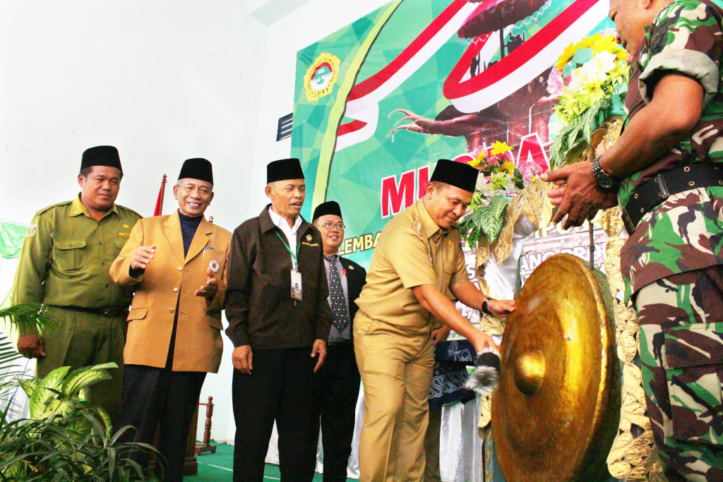 Pemukulan gong oleh Bupati Lampung Tengah Dr. Ir. Mustafa saat membuka acara MUSDA ke IV DPD LDII Lampung Tengah