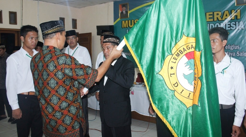 Penyerahan Panji dari DPW LDII Lampung kepada Ketua Baru LDII Kab. Tulang Bawang Barat
