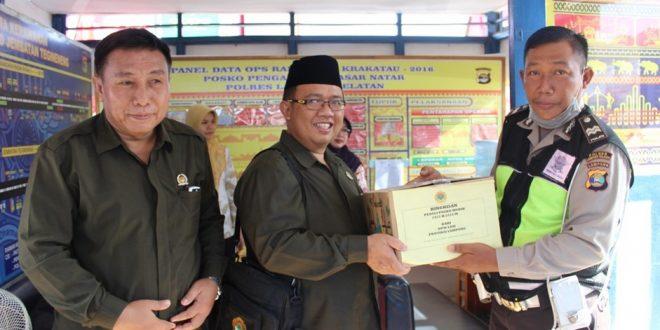 Ketua DPW LDII Prov Lampung Menyerahkan Bingkisan Penduli Posko Mudik