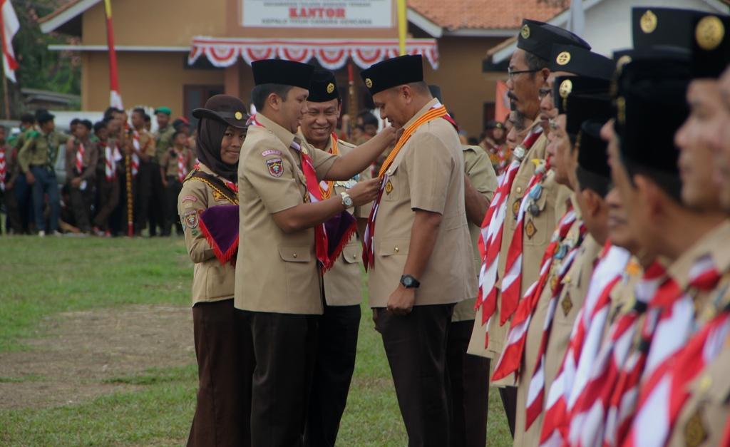 Umar Ahmad Bupati Tulang Bawang Barat menerima penghargaan dari Gubernur Lampung