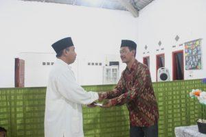 Ketua PC LDII Candipuro menerima sumbangan kegiatan dari Kepala Desa Sidoasri