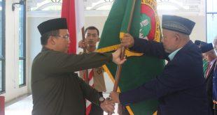 Dr. Aditya menyerahkan panji organisasi pada Drs. Sugiono