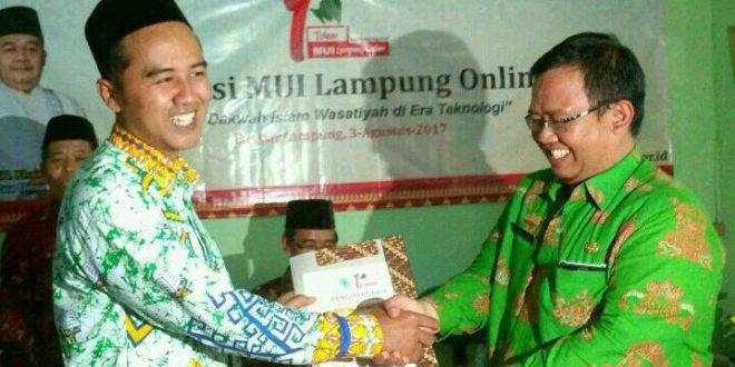 dr. Aditya (Batik hijau berkacamata) Saat Memberikan Penghargaan pada Kontributor terbaik MUI Lampung Online
